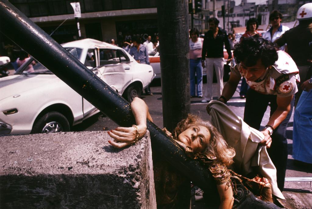 Primer plano de mujer Rubia Arrollada e impactada contra un poste, en avenida chapultepec, ciudad de Mexico