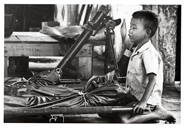 Enfant pleurant son père